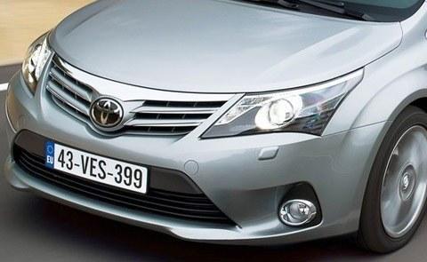 Toyota-Avensis_2012_chico7