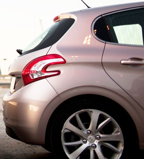 Peugeot-208_2013_02