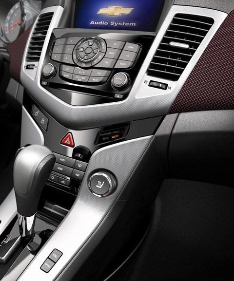 Chevrolet-Cruze_2011_chico1