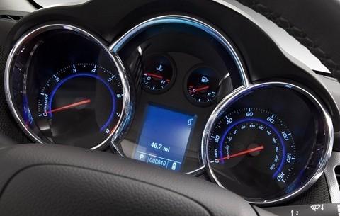 Chevrolet-Cruze_2011_chico5