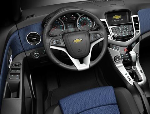 Chevrolet-Cruze_2011_chico6