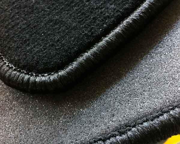 Limpiar alfombrilla fibras coche