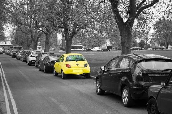 Aparcamiento coche amarillo