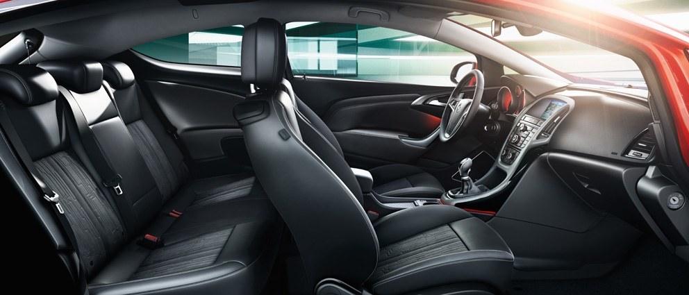 Opel_Astra_GTC_Interior_parte_trasera