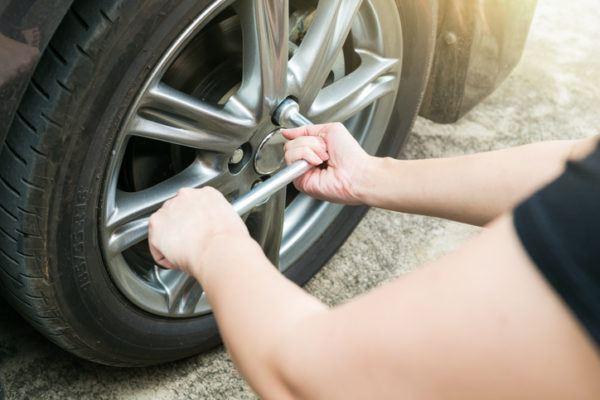 Como cambiar los neumaticos del coche