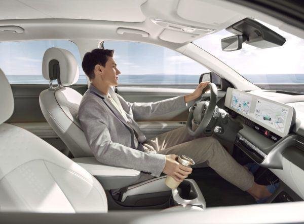 Hyundai IONIQ Eléctrico 2021: precio, ficha técnica y fotos conductor