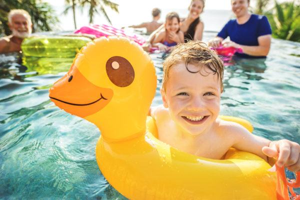 Claves para viajar con ninos vacaciones destinos consejos piscina