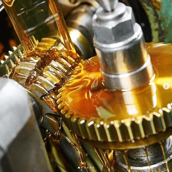 Averías en el sistema de lubricación: Causas y Soluciones aceite lubricando