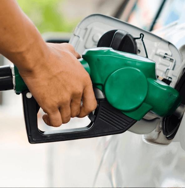 Cómo se puede ahorrar combustible circulando cuesta abajo repostando