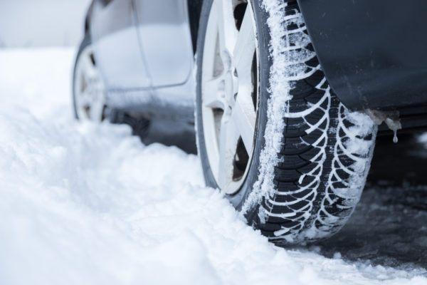 Mejores trucos para conducir por hielo nieve sin perder control