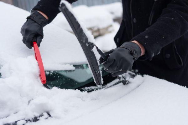 Quitar hielo nieve coche para no danarlo