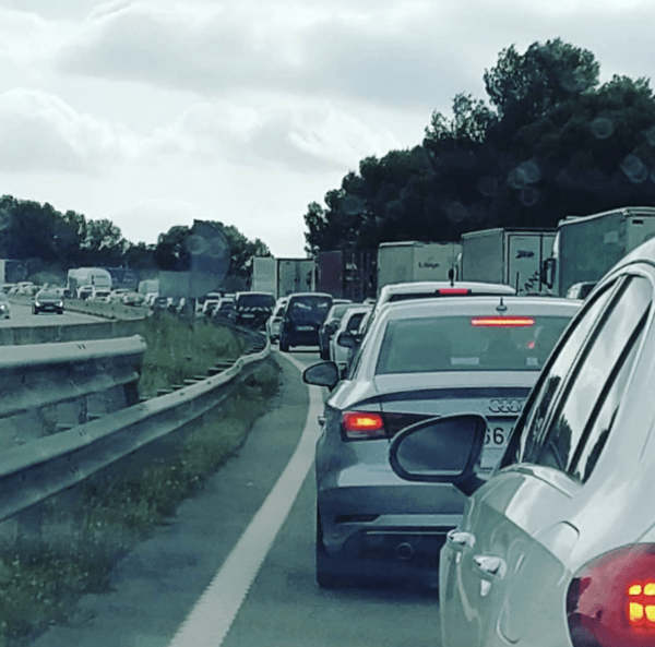 Las nuevas tarifas para las autovías y autopistas de las carreteras en España atasco autovía