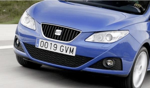 ¿Qué pasa si vas sin matrícula del coche? Lo que tienes que hacer si se cae y las multas por no llevarla o modificarla en España