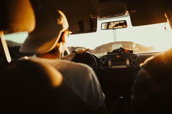 Los mejores preparativos y consejos para hacer un viaje largo en coche durante las vacaciones cómodo