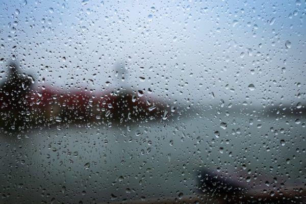 Conducción con lluvia: consejos, trucos y sus peligros cristal