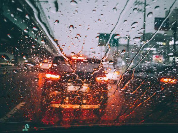Conducción con lluvia: consejos, trucos y sus peligros distancia