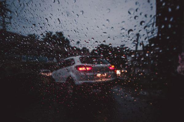 Conducción con lluvia: consejos, trucos y sus peligros limpiaparabrisas