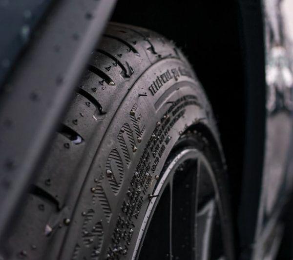 Conducción con lluvia: consejos, trucos y sus peligros nuemáticos