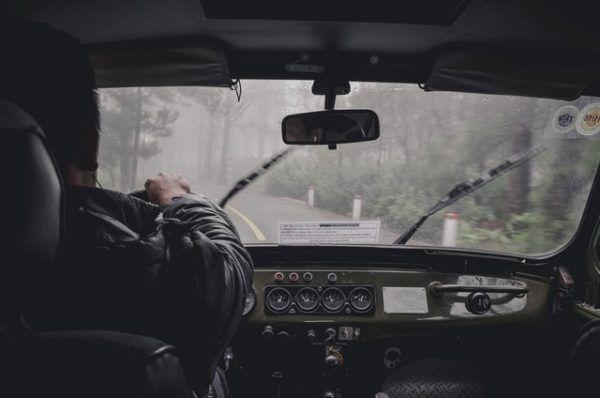Conducción con lluvia: consejos, trucos y sus peligros pintura