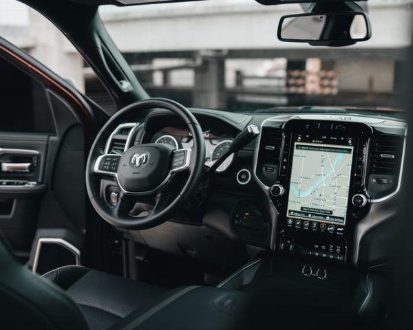 Las claves y diferencias entre conducir un coche manual y uno automático palanca lateral