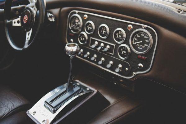 Las claves y diferencias entre conducir un coche manual y uno automático clásico