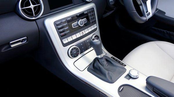 Las claves y diferencias entre conducir un coche manual y uno automático utilitario