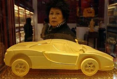Ferrari Enzo fundido en oro macizo